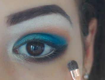 apply pearly highlighting eyeshadow in inner corner; Brush Zoeva 237