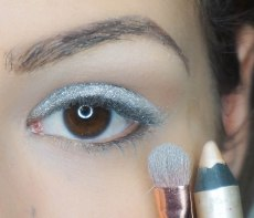 Apply pearly white jumbo eyepencil on the eyelid so the eyeshadow will stick on it, on top apply glittery silver eyeshadow with a very dense brush; UD Revolt; Z234