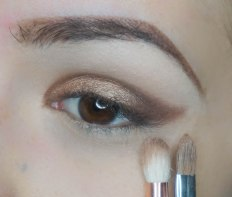 Use coppery metalic glitter eyeshadow and apply it with dese brush tapping it on the lid (dirtysweet with Sigma E56) then blend it with fluffy pointy brush (Zoeva 231) connecting it into the cat eye