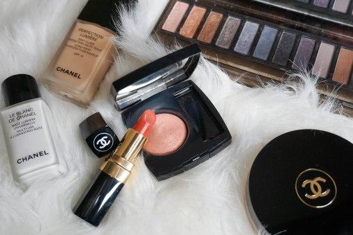 Urban Decay Smoky palette, Chanel Rouge Coco 468 Michèle, Chanel Joues Contraste blush 370 Élégance