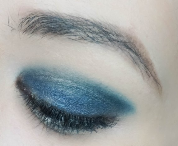 Apply Chanel Ombre Premiere 818 Urban all over the eyelid